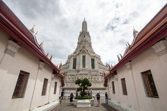 Bangkok Thailand - Juli 9, 2018: Wat Arun Ratchawararam Ratchawaramahawihan eller Wat Arun, buddistisk tempel av gryning berömt f arkivfoton