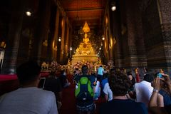 Bangkok Thailand - Juli 9, 2018: Wat Pho eller Wat Phra Chetuphon buddistisk tempel buddha guld- staty Gammal historisk arkitektu fotografering för bildbyråer