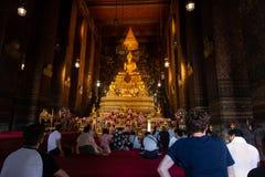 Bangkok Thailand - Juli 9, 2018: Wat Pho eller Wat Phra Chetuphon buddistisk tempel buddha guld- staty Gammal historisk arkitektu arkivfoton