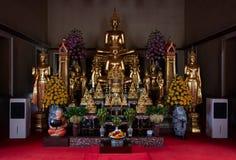 Bangkok Thailand - Juli 9, 2018: Wat Pho eller Wat Phra Chetuphon buddistisk tempel Guld- Buddhastatysammanträde gammal historisk arkivbild