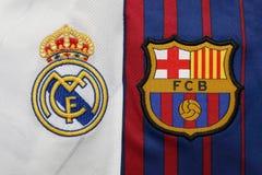 BANGKOK, THAILAND - 13. JULI: Wirkliches Logo Madris und Barcelonas auf FO Stockfotos