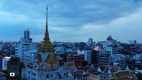 BANGKOK, THAILAND - JULY 23, 2017 : Time-lapse day to night Bangkok cityscape Local buildings and Wat Traimit at twilight evening. Time-lapse day to night stock video