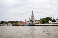 Bangkok Thailand - July9,2018: Wat Arun buddistisk tempel berömd forntida storslagen slott, asiatisk loppgränsmärke gammal histor royaltyfri bild