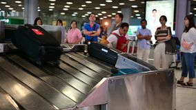 Bangkok, Thailand - Jun 17, 2019: Bagageband bij Suvarnabhumi-Luchthaven stock video