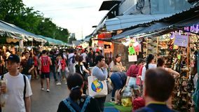 Bangkok, Thailand - Jun 9, 2019: De menigten van Thaise en buitenlandse klanten genieten van hangend uit bij Chatuchak-weekendmar stock video