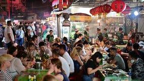 Bangkok, Thailand - Jun 9, 2019: Mensen die en druk rond de stad van China van Bangkok dineren stock footage