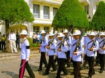 Bangkok Thailand - Juni 30, 2008: Ändring av vakthedern på Royal Palace Arkivbilder