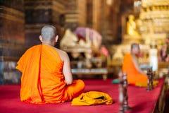 BANGKOK THAILAND - JUNI 03, 2015: Buddistisk munk i Wat Pho måndag Fotografering för Bildbyråer