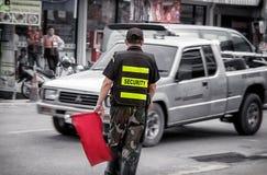 BANGKOK, THAILAND - JUNI 11: De naamloze veiligheidsagent van het landgoed van de Aardstad leidt binnen nabijgelegen verkeer op P royalty-vrije stock afbeeldingen