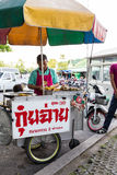 BANGKOK, THAILAND - JUNI 6, 2015: De Verkoperskar die van het straatvoedsel Diep Fried Cuisine verkopen Dit Soort mobiele keuken  stock foto