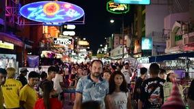 Bangkok Thailand - Juni 9, 2019: Den Khao San vägen med lotter av budgeterar stänger, kaféer och gästhem lager videofilmer