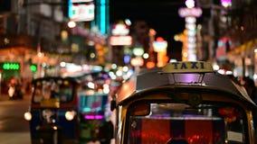 Bangkok Thailand - Juni 9, 2019: Den traditionella thailändska taxien Tuk Tuk väntar på turister längs vägen på chinatown stock video
