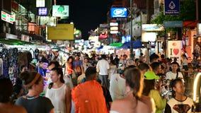 Bangkok Thailand - Juni 9, 2019: Den turist- gå natten turnerar på den Khaosan vägen stock video