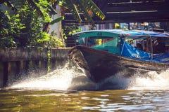 BANGKOK THAILAND - 15 Juni, 2015: Den uttryckliga fartygservicen är a Fotografering för Bildbyråer