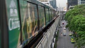 Bangkok Thailand - Juni 8, 2017: Det Bangkok kollektivtrafiksystemet, BTSEN eller Skytrainen, Silom linje som kör till och med st stock video