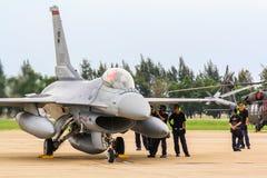 BANGKOK THAILAND - JUNI 30: F-16 av den kungliga thailändska flygvapenshowfestivalen Royaltyfri Bild