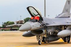 BANGKOK THAILAND - JUNI 30: F-16 av den kungliga thailändska flygvapenshowfestivalen Arkivbilder