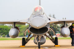 BANGKOK THAILAND - JUNI 30: F-16 av den kungliga thailändska flygvapenshowfestivalen Arkivfoto