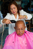 BANGKOK THAILAND - 3. JUNI 2016: Frauenfriseurhaarschnitt zum Ol Stockfotos