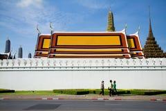 Bangkok Thailand - Juni 17, 2015: Gå för tre kvinnor som är yttre av Wat Phra Kaew till turism, Bangkok Thailand Royaltyfria Foton
