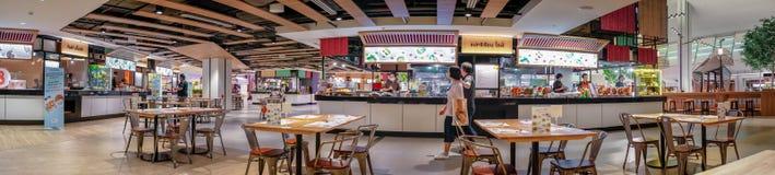 BANGKOK, THAILAND - JUNI 11: Het voedselhof opent en doet zaken gebruikelijk in het Vierkante winkelcomplex van Seacon in Bangkok stock foto