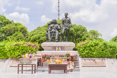 Bangkok, Thailand - Juni 5, 2016: Koning Chulalongkorn (vader - zit) en het standbeeld van KoningsVajiravudth (zoon - tribune) Stock Fotografie