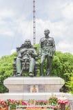 Bangkok, Thailand - Juni 5, 2016: Koning Chulalongkorn (vader - zit) en het standbeeld van KoningsVajiravudth (zoon - tribune) Royalty-vrije Stock Foto