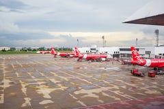 BANGKOK THAILAND - JUNI 01: Landning för luftAsien nivå på flygplatste Royaltyfri Bild