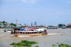 BANGKOK, THAILAND - 2. JUNI 2017: Leute reisen morgens wi Lizenzfreie Stockfotografie