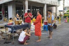 Bangkok, Thailand - Juni 28, 2015: Mensen die eerbied bidden aan monnik op de straat van Bangkok Ruwweg 95 percent van de Thaise  Stock Afbeelding