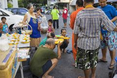 Bangkok, Thailand - Juni 28, 2015: Mensen die eerbied bidden aan monnik op de straat van Bangkok Ruwweg 95 percent van de Thaise  Royalty-vrije Stock Foto's