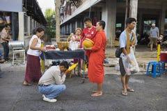 Bangkok, Thailand - Juni 28, 2015: Mensen die eerbied bidden aan monnik op de straat van Bangkok Ruwweg 95 percent van de Thaise  Stock Foto