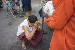 Bangkok, Thailand - Juni 28, 2015: Mensen die eerbied bidden aan monnik op de straat van Bangkok Ruwweg 95 percent van de Thaise  Royalty-vrije Stock Afbeelding