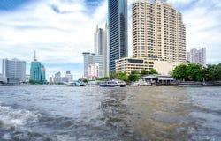 BANGKOK, THAILAND - 29. JUNI: Nicht identifizierte Fähren erbringen Flugbetrieb auf Chaophraya-Fluss in Bangkok am 29. Juni 2019 lizenzfreie stockfotos