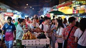 Bangkok Thailand - Juni 9, 2019: Oidentifierad folkmassa av folk i chinatown på Bangkok Säljare och köpare av traditionell gata f stock video