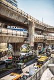 Bangkok, Thailand - 15. Juni 2015: Stau in einer Hauptallee Stockfotos