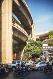 Bangkok, Thailand - 15. Juni 2015: Stau in einer Hauptallee Lizenzfreies Stockfoto