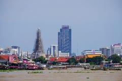 BANGKOK, THAILAND - 2. Juni 2017 stehend auf Chao Phraya rive Stockfotografie