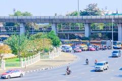 Bangkok Thailand Juni 20-2018: tät trafik börjar driftstopp av Victory Monument Arkivbilder