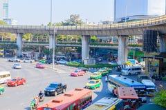 Bangkok Thailand Juni 20-2018: tät trafik börjar driftstopp av Victory Monument Arkivfoton