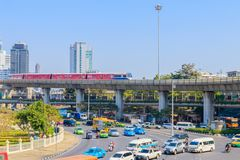 Bangkok Thailand Juni 20-2018: tät trafik börjar driftstopp av Victory Monument Royaltyfria Foton