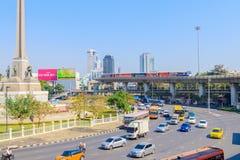 Bangkok Thailand Juni 20-2018: tät trafik börjar driftstopp av Victory Monument Royaltyfria Bilder