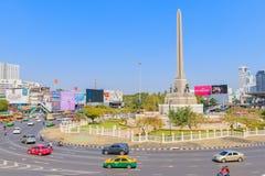 Bangkok Thailand Juni 20-2018: tät trafik börjar driftstopp av Victory Monument Arkivfoto