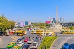 Bangkok Thailand Juni 20-2018: tät trafik börjar driftstopp av Victory Monument Arkivbild