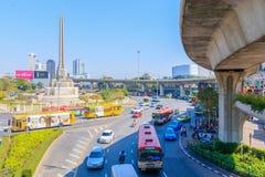 Bangkok Thailand Juni 20-2018: tät trafik börjar driftstopp av Victory Monument Royaltyfri Bild