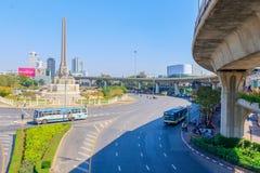 Bangkok Thailand Juni 20-2018: tät trafik börjar driftstopp av Victory Monument Royaltyfri Fotografi