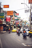 BANGKOK THAILAND - 10 JUNI, 2015: Trafik i en liten gataintelligens Royaltyfri Fotografi