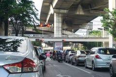 Bangkok Thailand - Juni 3, 2017: Trafik i huvudstaden trängdes ihop, och trafiken är alltid att skapa luftförorening väldeliga fotografering för bildbyråer