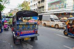 Bangkok Thailand - Juni 14, 2013: Tuk Tuk, thailändsk traditionell taxi Royaltyfri Bild