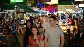 Bangkok Thailand - Juni 9, 2019: Turister besökte på marknaden för den Khao San vägnatten lager videofilmer
